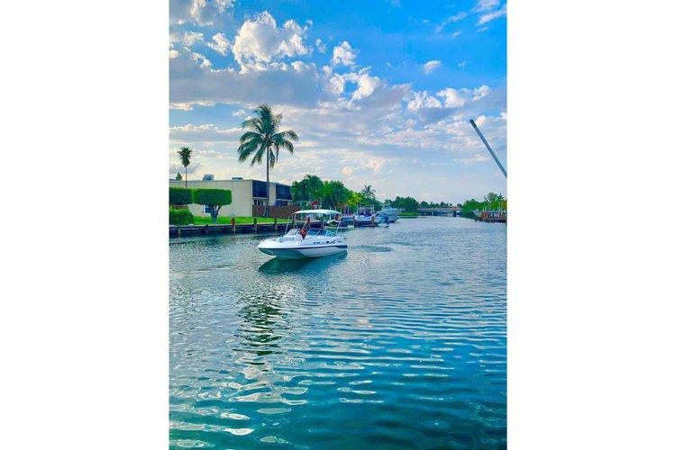 This 24.0' Hurricane Boats cand take up to 8 passengers around Miami Beach