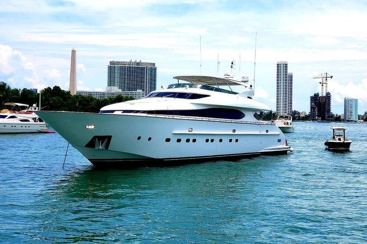 This 103.0' Maiora cand take up to 12 passengers around Miami