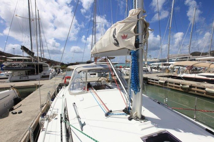 Discover Tortola surroundings on this 41 OCEANIS boat