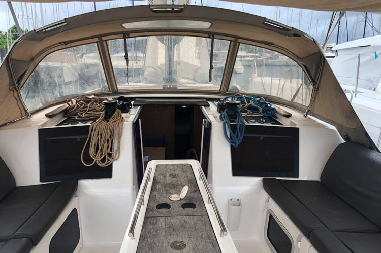 Discover Charlotte Amalie surroundings on this 460 GL Liberty Dufour boat