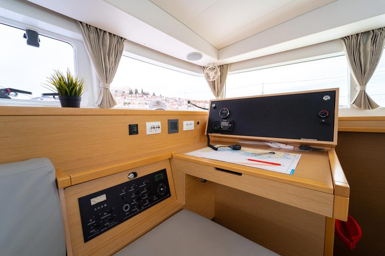 Discover Šibenik region surroundings on this Lagoon 400 S2 Lagoon-Bénéteau boat