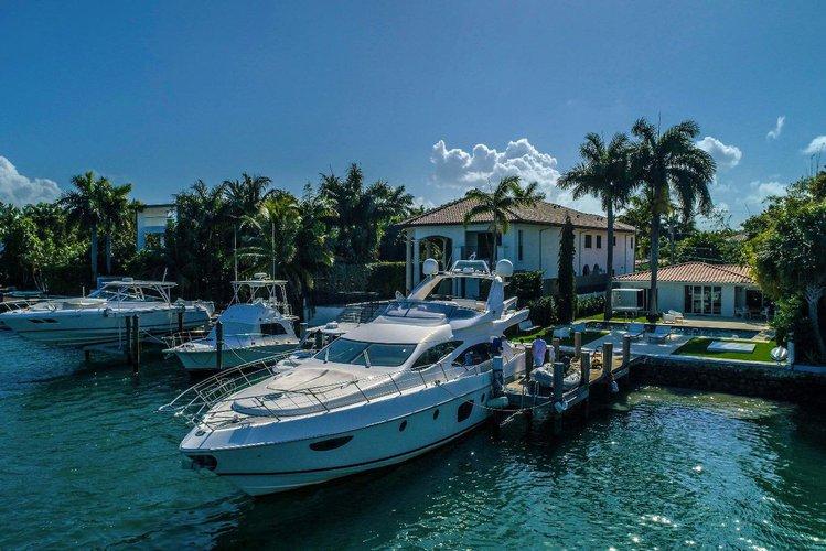Discover Miami Beach surroundings on this AZIMUT 70 AZIMUT boat