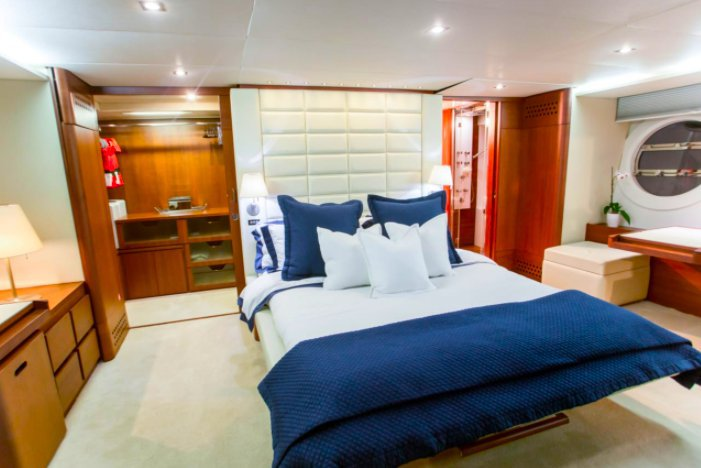 Discover Miami surroundings on this A75 Aicon boat