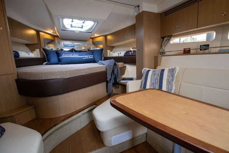 Discover New York surroundings on this Sundancer 350 Coupe Sea Ray boat