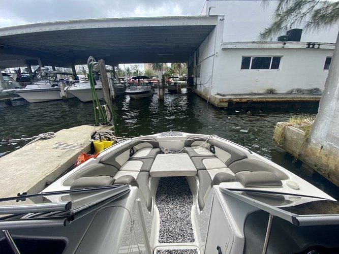 This 24.0' Yamaha cand take up to 10 passengers around Miami