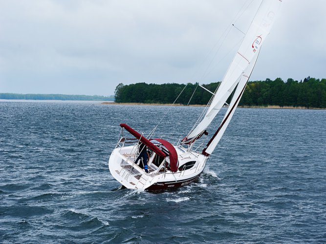 Sail the beautiful waters of Wilkasy on this cozy Northman Shipyard Maxus 33.1 RS Prestige