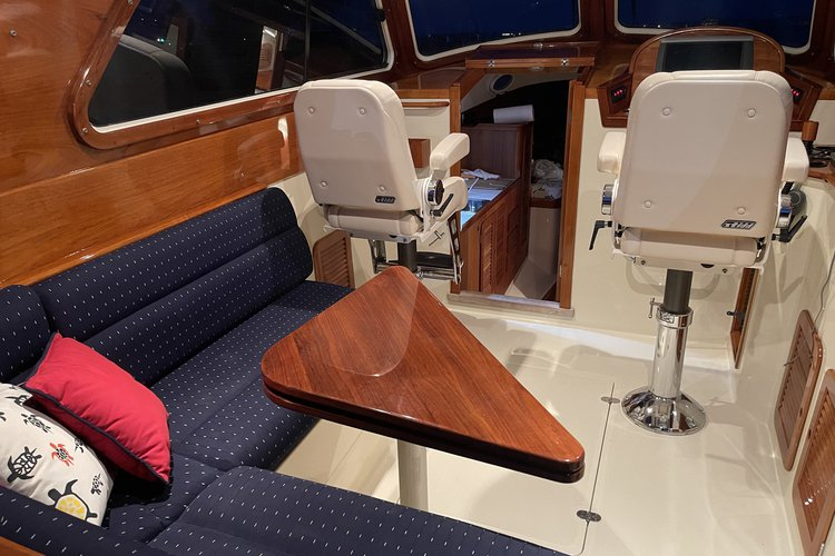 Up to 6 persons can enjoy a ride on this Hinckley boat