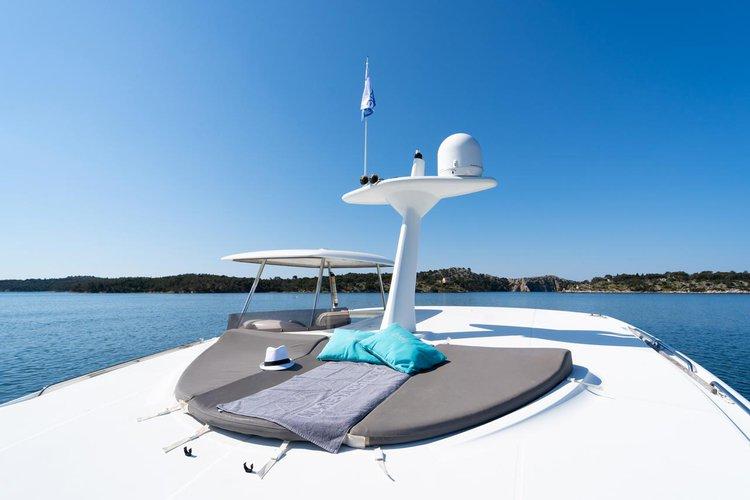 This 39.0' Lagoon-Bénéteau cand take up to 10 passengers around Šibenik region