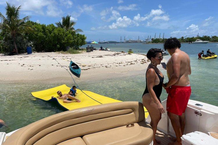 This 40.0' SEARAY cand take up to 12 passengers around Miami