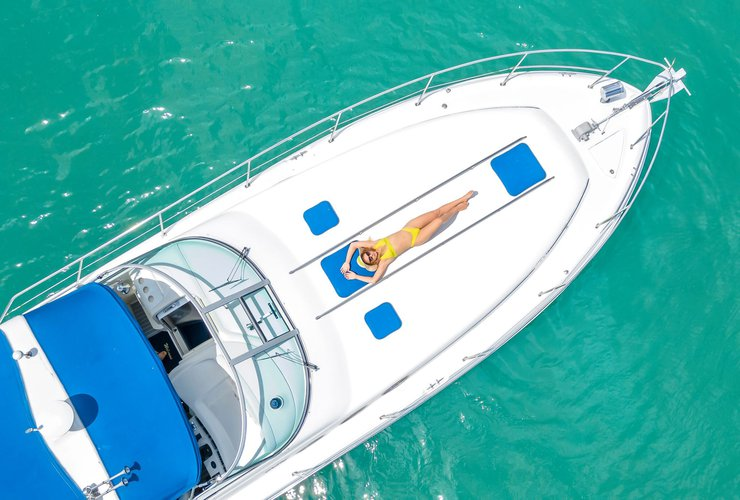 Discover Miami surroundings on this 370 Sundancer Sea Ray boat