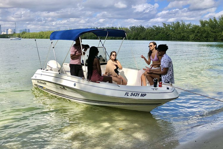 Up to 5 persons can enjoy a ride on this Center console boat