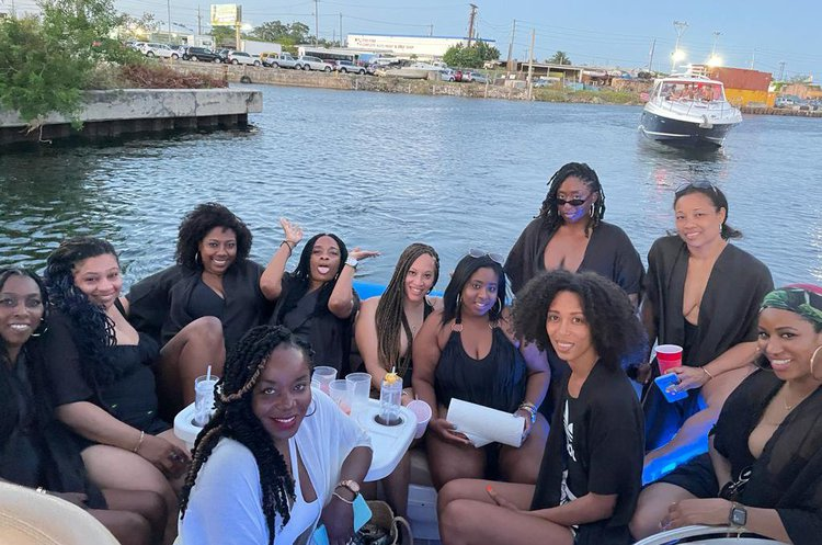 Discover Miami Beach surroundings on this 40 SEA RAY SEA RAY boat
