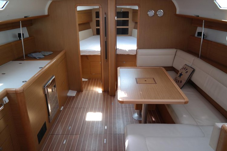 This 45.0' Jeanneau cand take up to 10 passengers around Balearic Islands