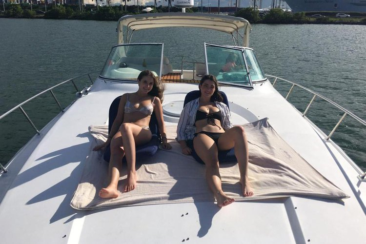 This 45.0' CRUSIERS 45  EXPRESS cand take up to 12 passengers around Miami Beach