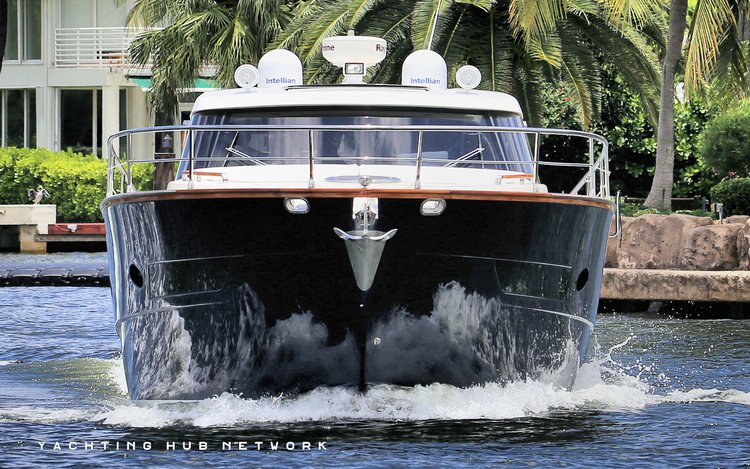 Discover Hallandale surroundings on this OPEN42 AUSTIN PARKER boat