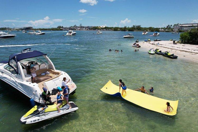 This 40.0' Sea ray cand take up to 12 passengers around Miami
