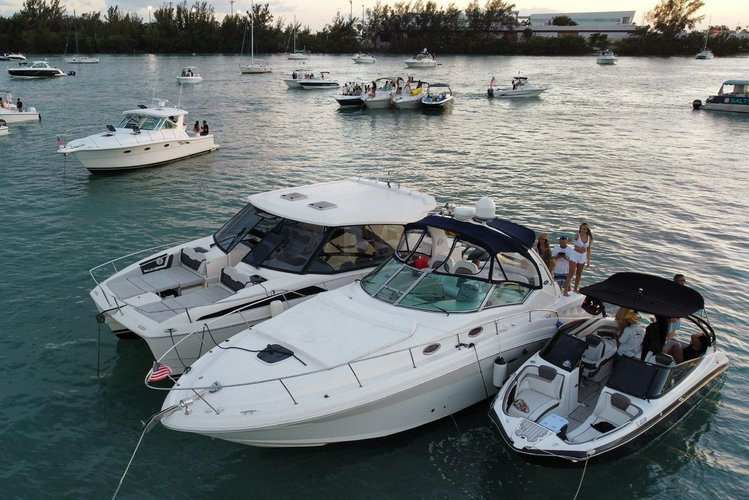 This 40.0' SEA RAY cand take up to 13 passengers around Miami Beach