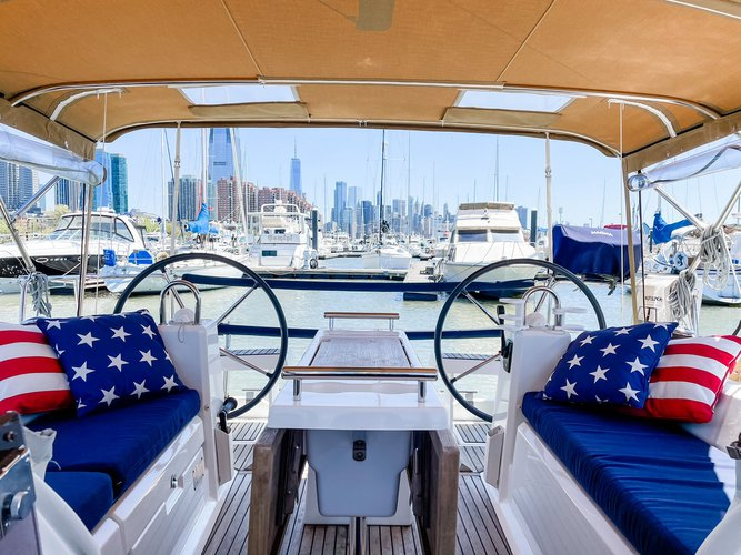 This 35.0' Beneteau cand take up to 6 passengers around Jersey City