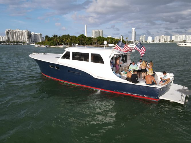 This 58.0' Hattera Yacht cand take up to 13 passengers around Miami